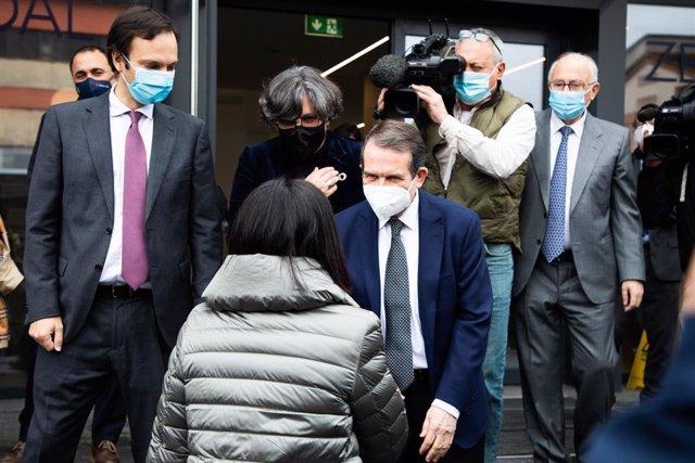 Archivo - La ministra de Sanidad, Carolina Darias, saluda al alcalde de Vigo y presidente de la FEMP, Abel Caballero, a su llegada a una visita programada a la planta de Biofabri-Zendal, en O Porriño, Pontevedra, Galicia (España), a 25 de febrero de 2021.
