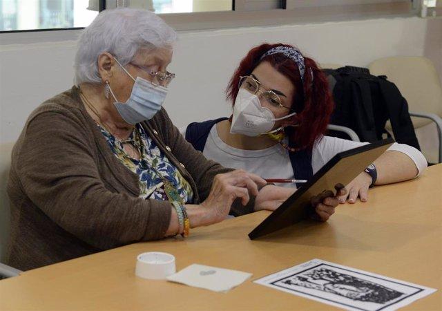 Una mujer mayor en un centro