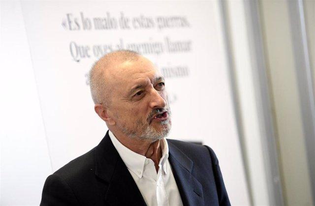 Archivo - El escritor Arturo Pérez-Reverte durante la presentación de su libro 'Línea de fuego' en el Hotel Westin Palace, en Madrid (España), a 6 de octubre de 2020. Por primera vez, después de treinta años de carrera literaria, Arturo Pérez-Reverte abor