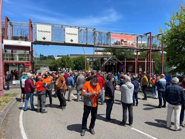Concentración de trabajadores de ArcelorMittal a la entrada de la factoría de Avilés, el pasado día 24