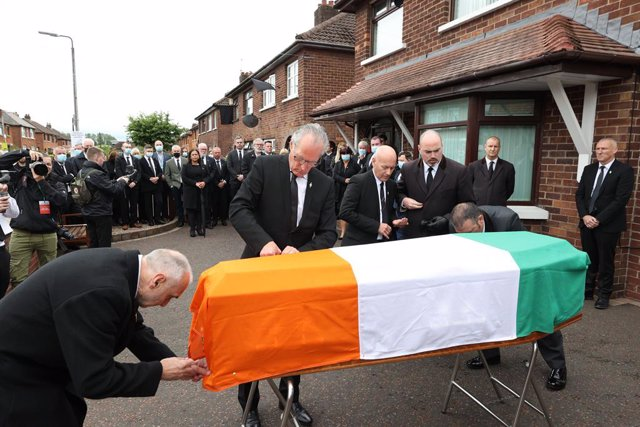 Archivo - 30 June 2020, England, Belfast: Sean Murray (L), Gerry Kelly (2nd L), and Padraic Wilson (C) place an Irish flag onto the coffin of senior Irish Republican and former leading IRA figure Bobby Storey ahead of his funeral in Belfast. Photo: Liam M