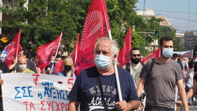 Miles de personas se suman a la huelga contra la reforma laboral en Grecia.