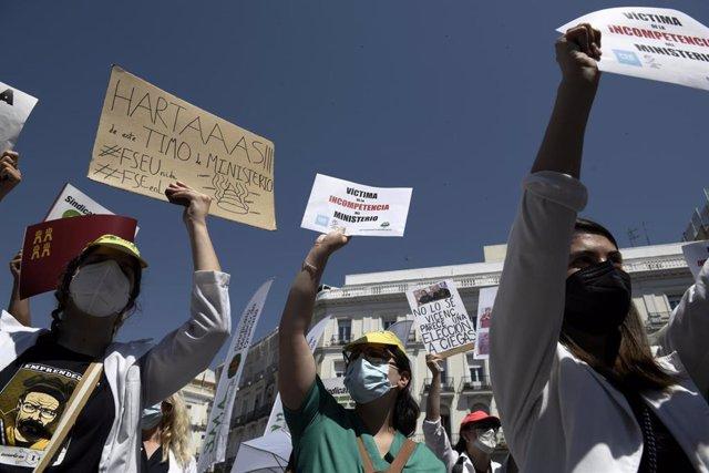 Varios médicos se manifiestan con pancartas frente a la Puerta del Sol para exigir una elección de plazas con garantías el 8 de junio de 2021, en Madrid (España). Organizada por la Confederación Estatal Sindicatos Médicos (CESM), con esta nueva protesta,