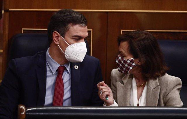 Archivo - El presidente Pedro Sánchez con la vicepresidenta primera, Carmen Calvo, en el Congreso