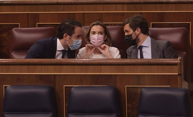 (I-D) El secretario general del Partido Popular, Teodoro García Egea; la portavoz del PP en el Congreso de los Diputados, Cuca Gamarra; y el líder del PP, Pablo Casado, conversan en una sesión de control al Gobierno