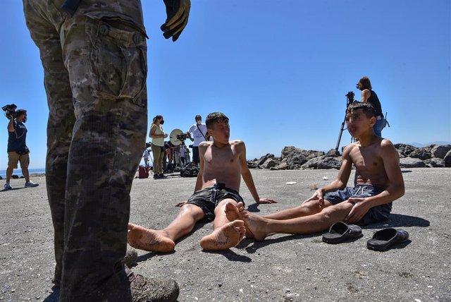 Dos menores migrantes procedente de Marruecos a su llegada a Ceuta