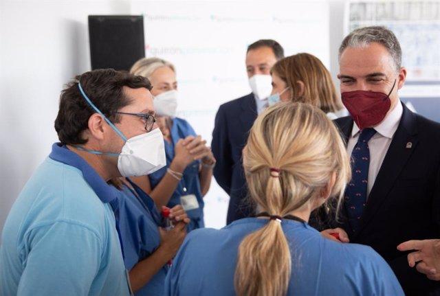El consejero de la Presidencia de la Junta de Andalucía, Elías Bendodo, participa en el inicio de la vacunación Covid en la empresa Alestis, en el marco del plan 'Sumamos'.