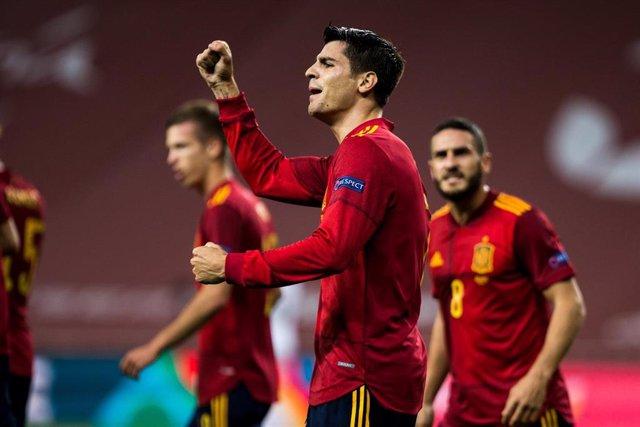 Archivo - Morata celebra un gol con la selección española