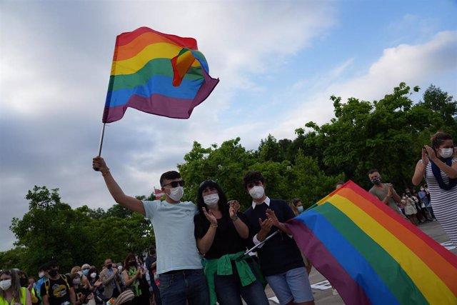 Ekain, el joven víctima de un ataque homófobo el pasado domingo en Basauri (Bizkaia) ondea una bandera arco iris junto con su madre, y la pareja del joven