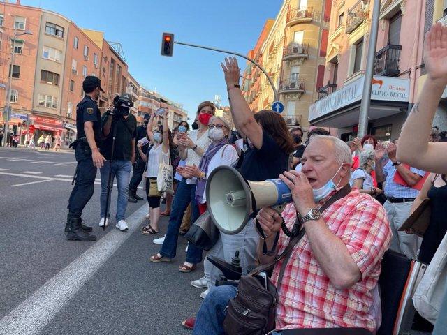 La portavoz del PSOE en la Asamblea de Madrid, Hana Jalloul., en una concentración por la sanidad pública