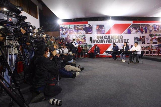 La candidata presidencial Keiko Fujimori de Fuerza Popular habla durante una conferencia de prensa.