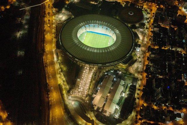 Archivo - Una vista aérea del emblemático estadio Maracaná de Brasil y del hospital de campaña cercano que se ha construido para tratar a los pacientes afectados por coronavirus.