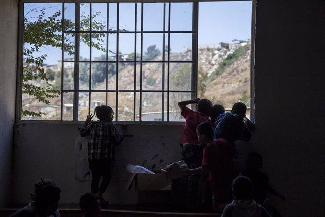 """Archivo - Niños migrantes esperan en el albergue """"Embajadora de Jesús"""" en la ciudad fronteriza mexicana de Tijuana."""