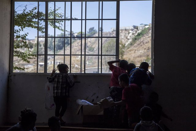 """Archivo - 12 August 2019, Mexico, Tijuana: Migrant children wait in the hostel """"Embajadora de Jesus"""" for the arrival of a school bus. The group """"Angeles de la frontera"""" (Angels of the Frontier) visits three migrant hostels in the Mexican border town of Ti"""