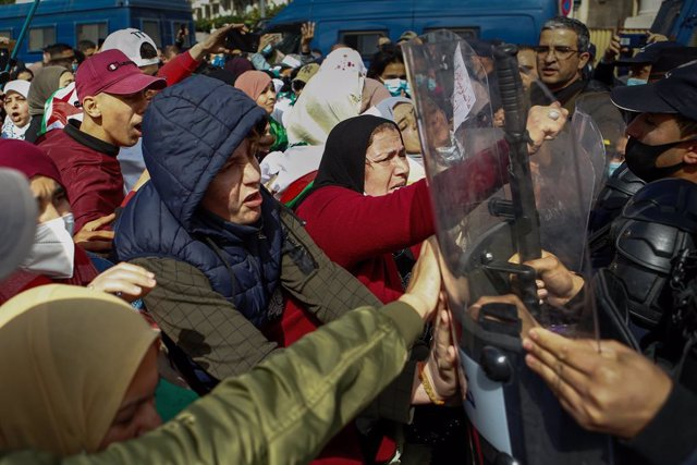 Archivo - 08 March 2021, Algeria, Algiers: Algerian women skirmish with policemen during an anti-government protest held on the occasion of the International Women's Day. Thousands of people demonstrated in Algiers and other cities across the country conf