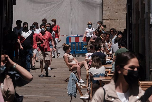 Varias personas en la terraza de un bar, en la Rúa da Raiña, a 6 de junio de 2021, en Santiago de Compostela, A Coruña, Galicia, (España). En estas fechas, la ciudad de Santiago vuelve a convertirse en el mítico destino de los peregrinos que finalizan el