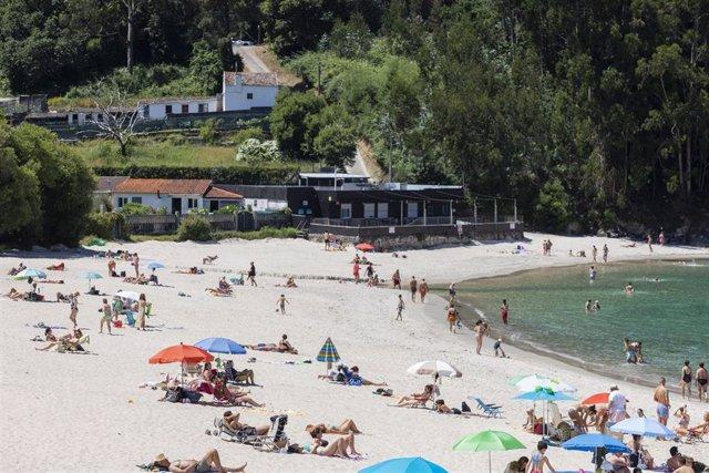 Personas en la playa, en Marín (Pontevedra).
