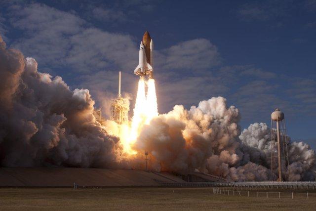 La misión STS-129 del Transbordador Espacial Atlantis se lanza desde el Centro Espacial Kennedy de la NASA en Florida el 16 de noviembre de 2009.