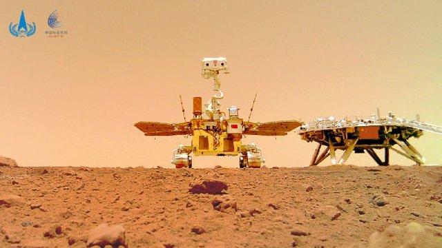Rover Zhurong y módulo de aterrizaje de la misión Tianwen 1 captados por una cámara autónoma