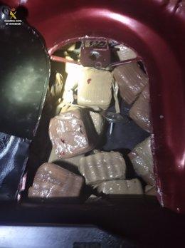 Imatge de la droga decomissada al maleter d'un vehicle a la Jonquera (Girona).