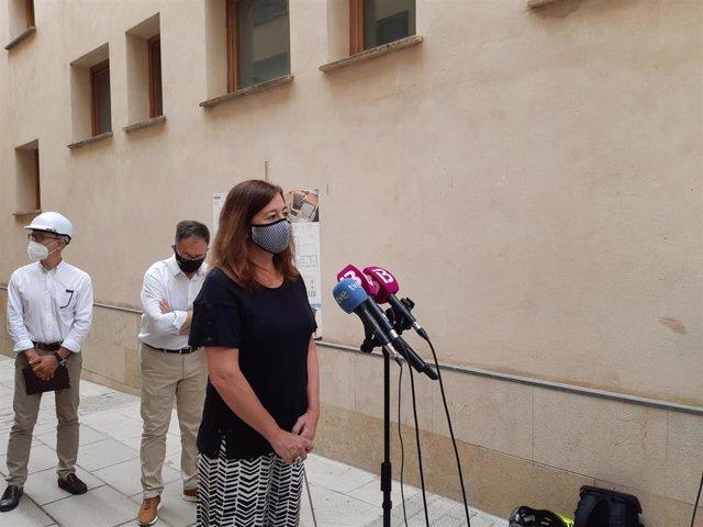 La presidenta del Govern, Francina Armengol, atiende a los medios este viernes.