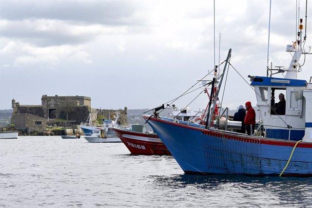 Archivo - Varios barcos de flota artesanal tras la convocatoria de paro por parte de la Federación Galega de Cofradías de Pescadores en la dársena de A Marina en A Coruña, Galicia (España), a 26 de marzo de 2021. El objetivo del paro es mostrar rechazo an