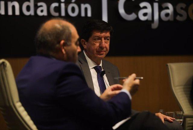 El vicepresidente de la Junta y consejero de Turismo, Regeneración, Justicia y Administración Local, Juan Marín (c), atento a las palabras del presidente de ATA, Lorenzo Amor (1i), en el  encuentro informativo sobre la reactivación económica de Andalucía