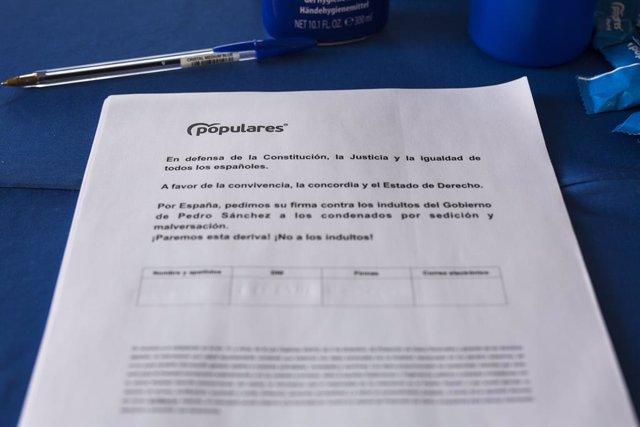 Un document del Partit Popular demana la firma dels ciutadans contra els indults als presos del 'procés' en Puente de Vallecas, a 9 de juny de 2021, a Madrid (arxiu).