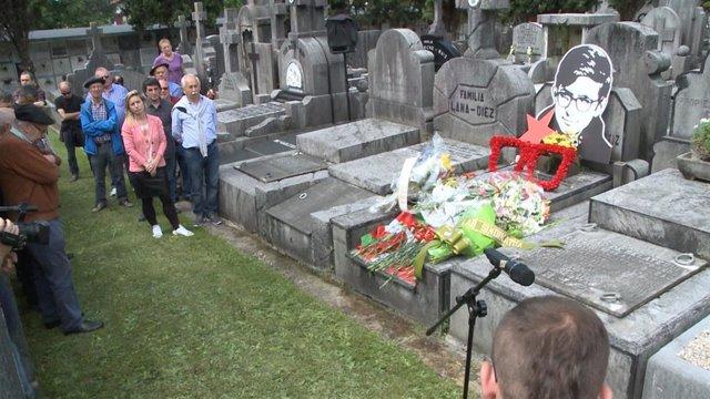 Archivo - Medio centenar de personas participan en el cementerio de Derio (Bizkaia) en un homenaje al etarra Txabi Etxebarrieta