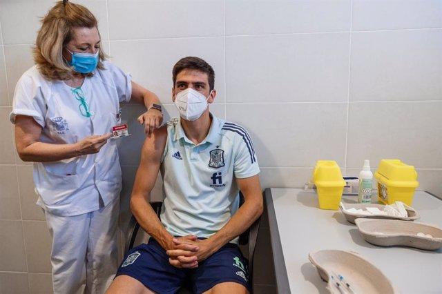 Gerard Moreno recibe su dosis de la vacuna contra el coronavirus