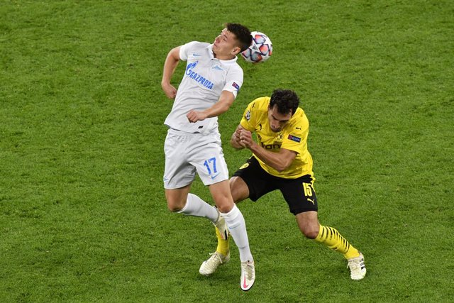 Archivo - 28 October 2020, Dortmund: Zenit's Andrei Mostovoy (L) and Dortmund's Mats Hummels in action during the UEFA Champions League Group F soccer match between Borussia Dortmund and Zenit St. Petersburg at Signal Iduna Park. Photo: Martin Meissner/PO