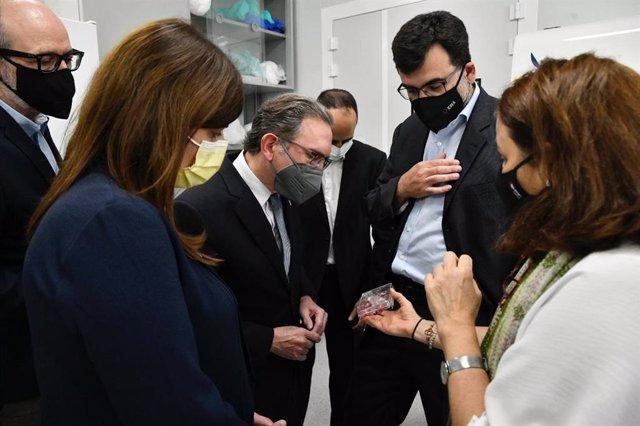 El conseller d'Economia i Hisenda de la Generalitat, Jaume Giró, i la consellera de Recerca i Universitats de la Generalitat, Gemma Geis, han visitat l'Institut de Recerca Biomèdica de Barcelona (IRB)
