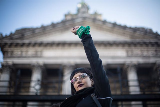 Archivo - 28 May 2019, Argentina, Buenos Aires: An activist raise her hand wrapped in a green cloth symbolizing the abortion rights movement in Argentina, during a demonstration outside the Congress to demand the legalization of abortion. Legislators have