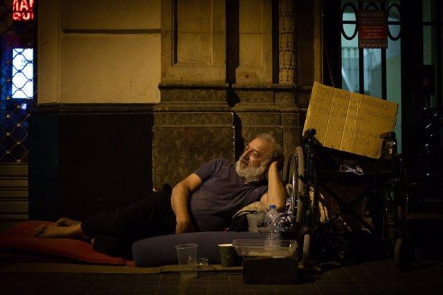 Paul, un home procedent de Romania paralitzat després de patir un ictus, dorm al carrer Fontanella de Barcelona des de fa sis anys. És una de les persones sense llar que ha entrevistat la Fundació Arrels la nit del 10 de juny del 2021.