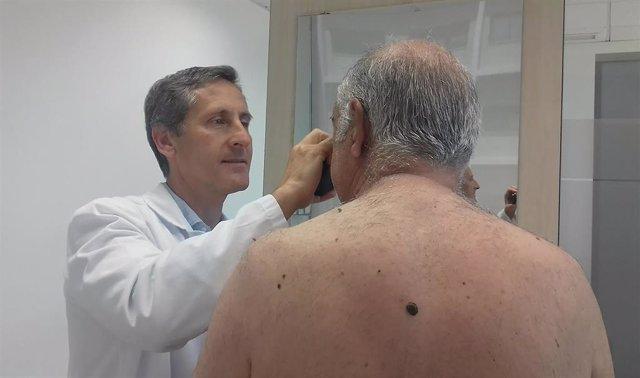 El doctor Javier Romero, de Quirónsalud Málaga, en una revisión a un paciente