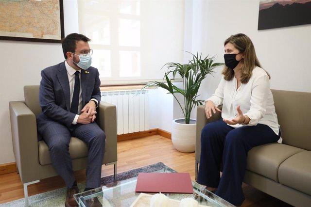 El president de la Generalitat, Pere Aragonès, i la síndica d'Aran, Maria Vergés, en una reunió a Vielha (Lleida).