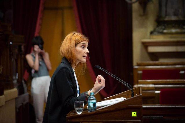 La líder de los comuns en el Parlament, Jéssica Albiach, interviene en la primera sesión de control del nuevo Ejecutivo, a 2 de junio de 2021, en el Parlament de Catalunya, Barcelona, (España). Durante esta sesión, marcada por la presentación de los miemb