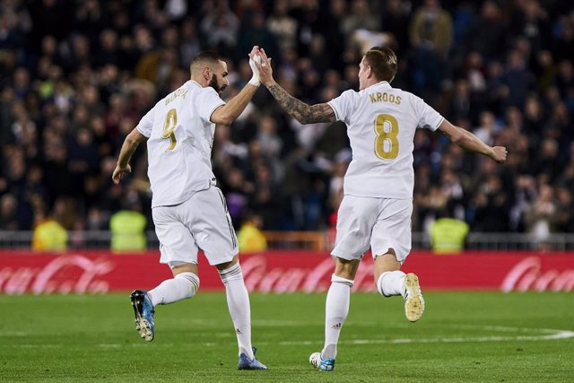 Archivo - dpatop - 16 February 2020, Spain, Madrid: Real Madrid's Toni Kroos (R) celebrates scoring his side's first goal with his team mate Karim Benzema during the Spanish Primera Division soccer match between Real Madrid CF and Celta de Vigo at Santiag