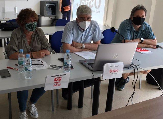 Els responsables de concertada d'UGT, Cristina Martín, USOC, Pere Forga, i CCOO, José Domínguez, en una roda de premsa.