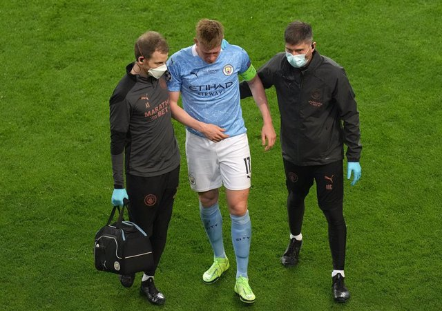 29 May 2021, Portugal, Porto: Manchester City's Kevin De Bruyne (C) leaves the pitch with an injury during the UEFA Champions League final soccer match between Manchester City and Chelsea at the Estadio do Dragao. Photo: Adam Davy/PA Wire/dpa