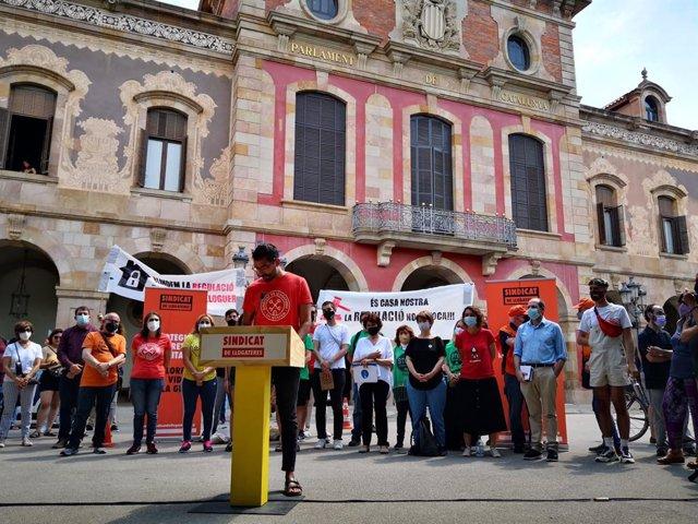 El portaveu del Sindicat de Llogateres, Rodrigo Martínez, en una roda de premsa davant el Parlament.