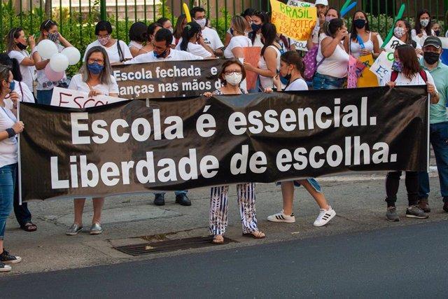Archivo - Manifestación de colectivos de profesores de la enseñanza privada en Sao Paulo, Sureste de Brasil, por el cierre de las escuelas debido a la crisis de la pandemia.