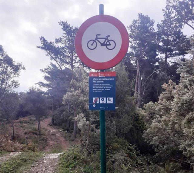 Un senyal prohibeix la circulació de bicicletes al parc natural del Montseny.