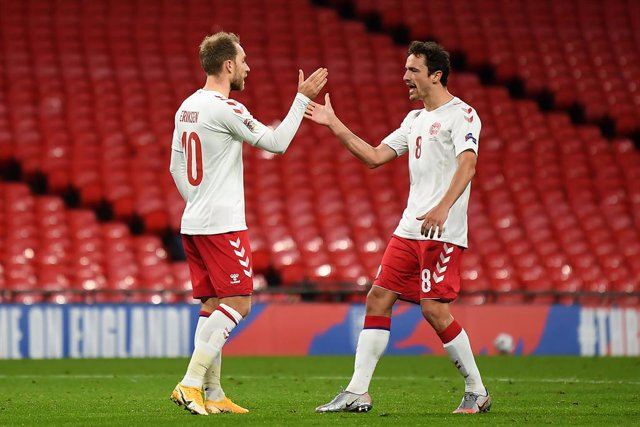 Archivo - 14 October 2020, England, London: Denmark's Christian Eriksen (L) celebrates scoring his side's first with teammate Thomas Delaney during the UEFA Nations League Group 2, League A soccer match between England and Denmark at Wembley Stadium. Phot