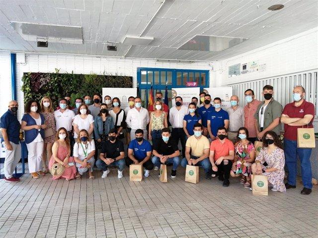 La delegada de Educación y Deporte, Inmaculada Troncoso (centro), con los ganadores de 'Andalucía Skills'.