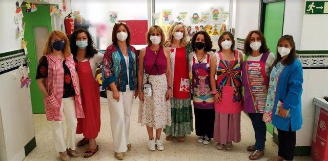 La delegad de Educación y Deporte, Inmaculada Troncoso (cuarta por la izda.), visita un centro escolar.