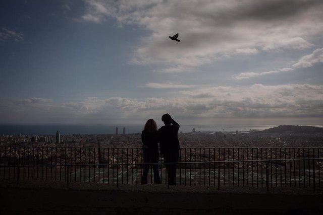 Archivo - Arxiu - Dues dones al mirador del turó de la Rovira de Barcelona.