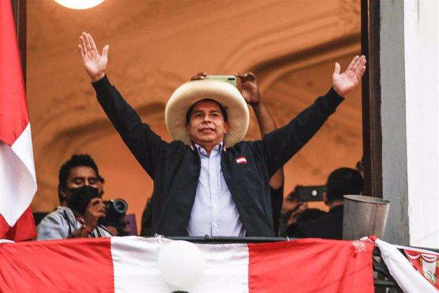 El candidato presidencial de Perú Libre, Pedro Castillo, frente a sus seguidores.