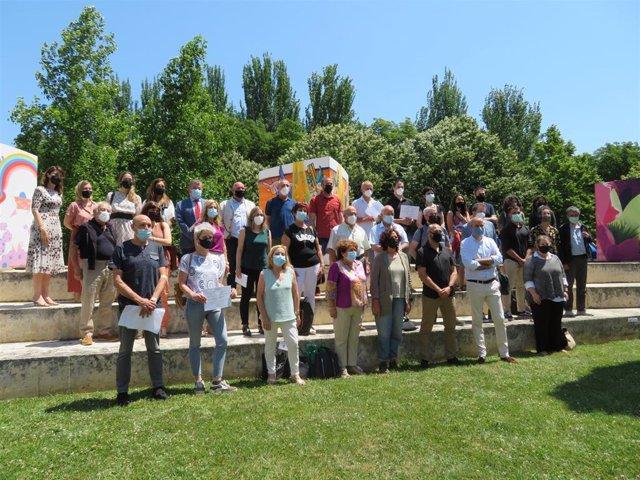 Foto de familia de participantes y galardonados en la clausura de las Jornadas de Sostenibilidad de la Comarca de Pamplona