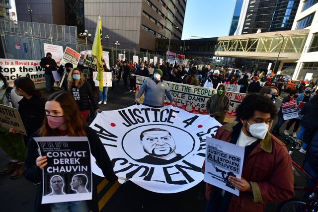 Archivo - 08 March 2021, US, Minneapolis: Protestors take part in a rally outside the Hennepin County Courthouse during the first day of Derek Chauvin trial. Chauvin is an American former police officer known for his involvement in the killing of George F